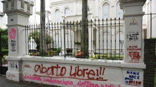 Uno de los colegios de calle Oroño que fueron pintados por participantes de la marcha.