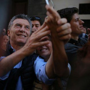 Selfies. Macri, luego de la reunión, se sacó fotos con los argentinos que fueron a la canonización del cura Brochero.