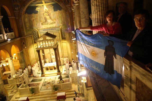 Vigilia. Feligreses argentinos ayer en el Vaticano desplegando una bandera con la imagen de Brochero.