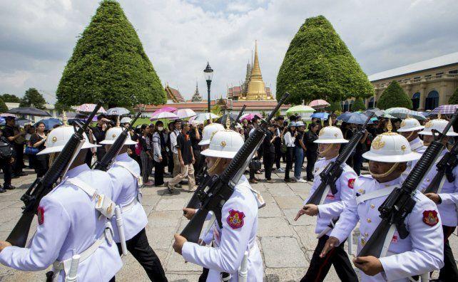 Funerales. La guardia real cruza delante de los ciudadanos que aguardan en fila para honrar al soberano muerto.