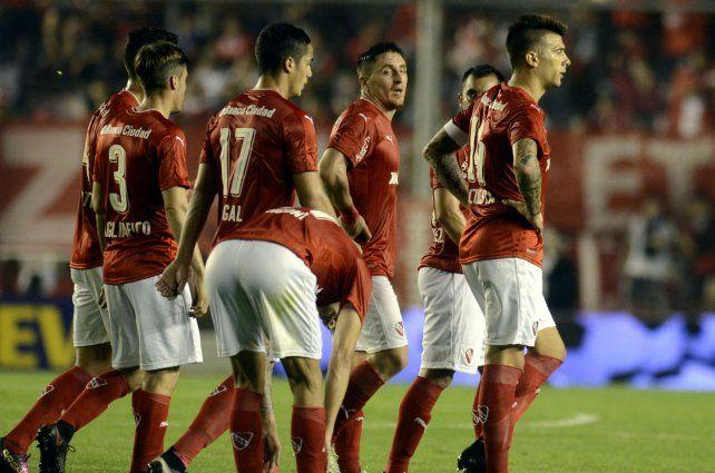 Los jugadores del Rojo se van preocupados por la derrota ante Atlético Tucumán.