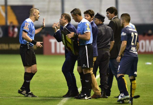 Técnico. El Chacho vivió el partido de manera particular y luego volvió a mostrar ira contra los jueces