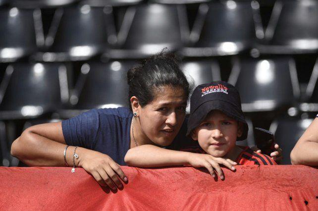 Fotos desde el Coloso: los hinchas rojinegros, la previa y las mejores jugadas del partido