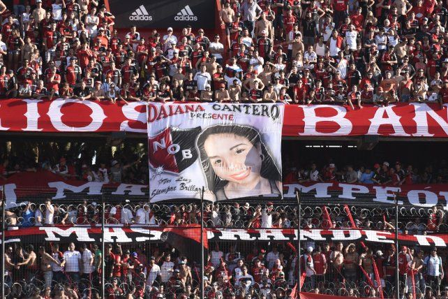 Una bandera de la barra de Newells recordó a Daiana, la hija del Pájaro Cantero