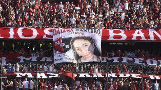 una bandera de la barra de newells recordo a daiana, la hija del pajaro cantero