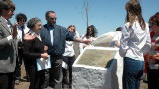 Tributo. En el 2010 se erigió un monolito donde se hallaron los cuerpos.