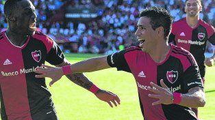 Festejo compartido. Figueroa celebra su conquista con una sonrisa y Advíncula se acerca y lo grita con un gesto de furia.