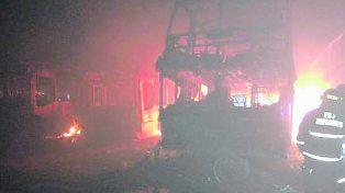 Voraz. La intensidad de las llamas convirtió el depósito en un verdadero infierno que llevó tres horas apagar.