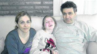 En familia. Martina sufre convulsiones que disminuyen con el uso del aceite.