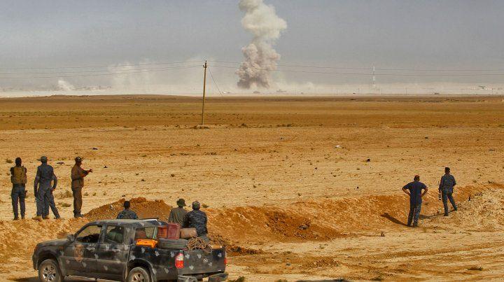Batalla. Soldados iraquíes observan un bombardeo aéreo en la periferia de Mosul. Se espera una dura resistencia.