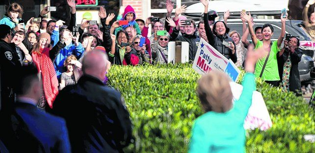 Calor popular. Hillary recibió ayer el saludo de la gente en Seattle