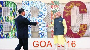 Gigantes. El presidente chino Xi Jinping saluda al premier indio Narenda Modi.
