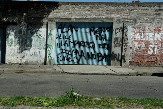 Paredes que hablan. El enfrentamiento entre Los Funes y la banda de Alexis incluye pintadas en el barrio.