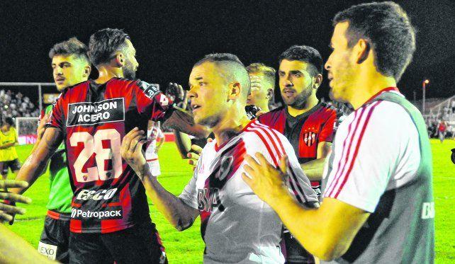 Reclamo. Andrés DAlessandro les pide explicaciones a los jugadores de Patronato el domingo en Paraná.