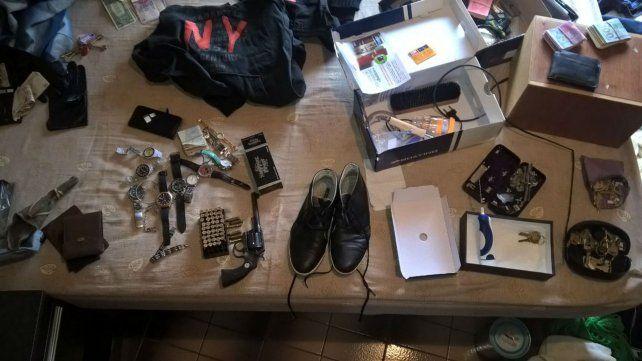 Parte de los elementos secuestrados en los allanamientos de esta mañana.