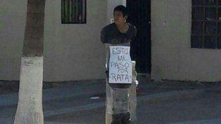 Atraparon a un ladrón, lo ataron a un poste y publicaron la foto en Facebook