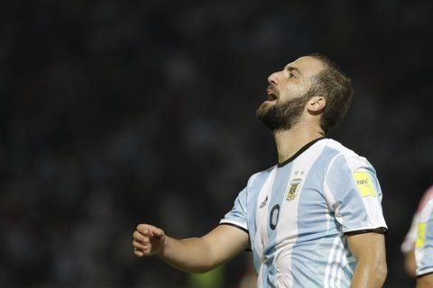 Gonzalo Higuaín no pudo convertir en ninguna de las tres últimas finales que disputó la selección. (AP)