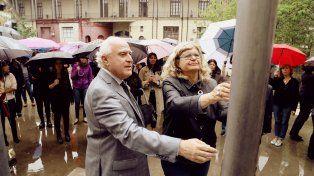 {altText(El gobernador Miguel Lifschitz y la ministra de Eduación, Claudia Balagué, participaron del acto oficial de la provincia de #NiUnaMenos.,El gobierno izó la bandera provincial a media asta para apoyar al reclamo de #NiUnaMenos)}
