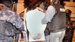 detuvieron a dos policias que dejaron escapar a los ladrones y se quedaron con el botin que habian robado