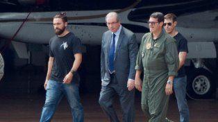 Ocaso. Cunha es escoltado a un avión para su traslado a Curitiba, donde se investiga la corrupción en Petrobras.