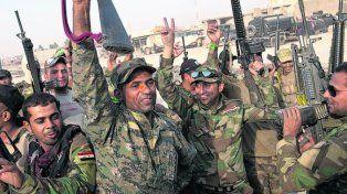 Avance. Tropas iraquíes celebran la toma de un población aledaña a Mosul.