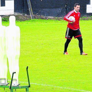 Maxi Rodríguez y la pelota. El capitán leproso entrena tiros libres en el predio de Bella Vista.