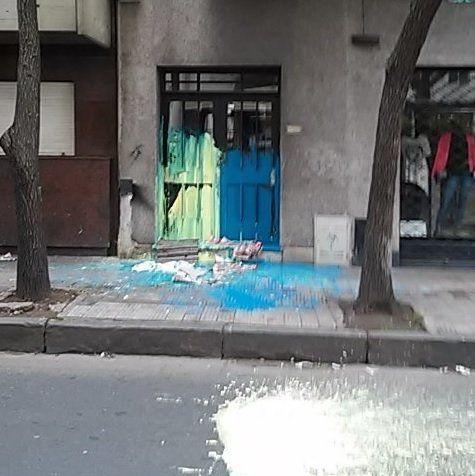 El azul y amarillo sobre la puerta del edificio de Tucumán al 1500.