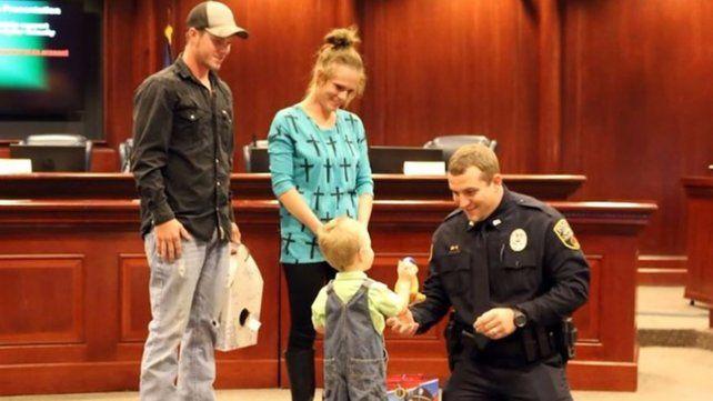 Las imágenes del policía que resucita a un niño de 3 años emociona a Estados Unidos