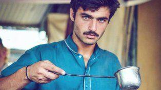 Ojos azules y una foto fueron suficientes para cambiar la vida de un vendedor de té