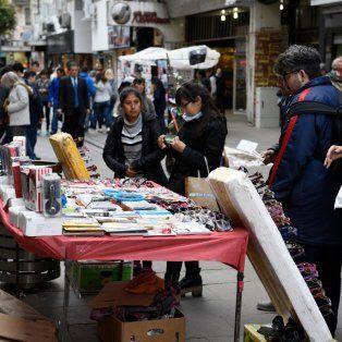 Postal repetida. Como ocurre en cada paro municipal, ayer en la peatonal Córdoba decenas de vendedores ambulantes se instalaron con mesas y mantas.