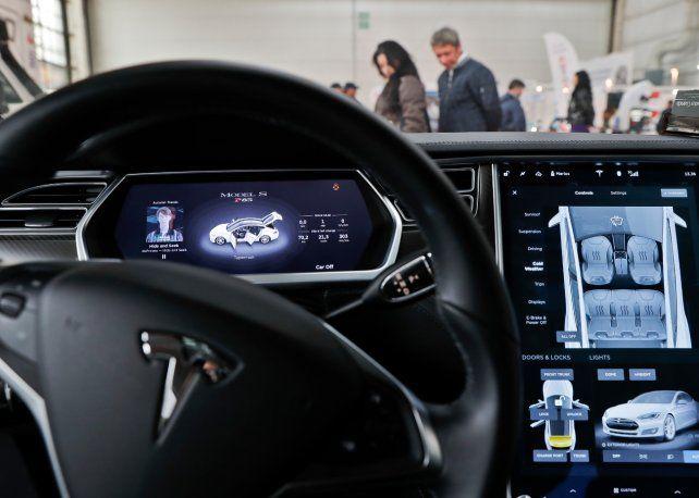 Avanzado. El tablero del Tesla S con varias pantallas multifunción.