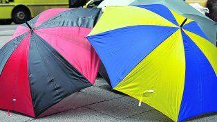 Siempre que llovió... aparecen los paraguas a la venta