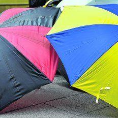 Siempre que llovió... aparecen los paraguas a la venta, como estos leproso y canalla en las calles céntricas.