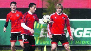 Adentro. Maxi Rodríguez, que volverá a jugar tras la lesión en el aductor, intenta dominarla.