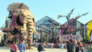 Monumentos que se mueven. El elefantes articulado, de 12 metros de alto y 50 toneladas, es uno de los símbolos de la ahora moderna y pujante ciudad francesa.