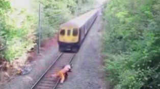 Rescate heroico : lo salvaron de milagro de ser arrollado por el tren