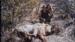 Una de las imágenes que se filtraron de la pareja con un león ya sin vida.