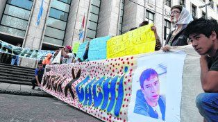 Amigos, compañeros y familiares de Alberto Ruiz Díaz piden justicia por el crimen del adolescente. Norma Vermeulen, de Madres de Plaza 25 de Mayo, acompaña el reclamo.