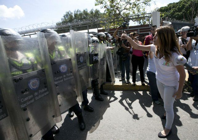 En las calles. Una estudiante venezolana protesta contra el desabastecimiento y la carestía de la vida.