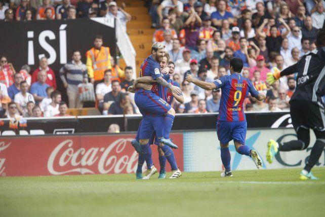 Messi y Suárez siguen afilados y rescatan triunfo para el Barcelona frente al Valencia