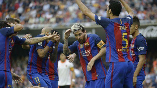 Messi se cubre de los botellazos y luego reaccionará insultando a la hinchada del Valencia