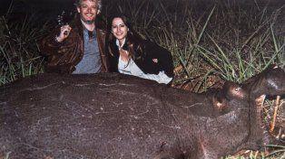 La imagen del espanto. Garfunkel y Victoria Vanucci posan sonrientes con el cadáver de un hipopótamo asesinado.