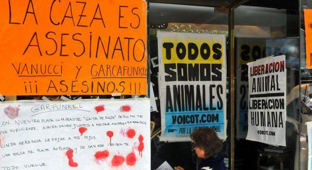 El escrache de la asociación proteccionista de animales fue frente al negocio de lencería de Victoria Vanucci en Recoleta.