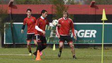 Maxi Rodríguez, rodeado por Isnaldo y Mateo, durante uno de los entrenamientos de la semana. Sería el único punta en el Gigante.