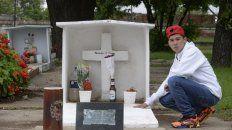 Hermano. Nahuel, el jueves pasado, junto a la tumba de su hermano menor. Ese día hubiese cumplido 18. Lo mataron de tres balazos el 21 de enero.