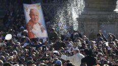 Santo. El Papa, en la plaza al pasar frente a una imagen del Papa polaco.