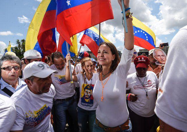 De blanco. Corina Machado y Lilian Tintori encabezan la multitudinaria movilización en Caracas.