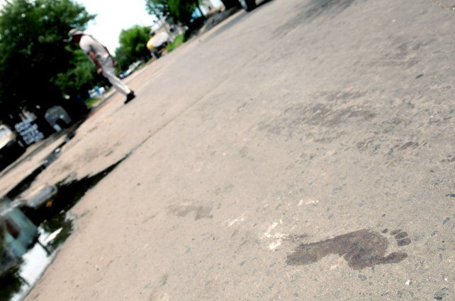 Rastros. En la calle donde mataron a Gastón Zuvelza quedaron las pisadas con sangre de sus homicidas.