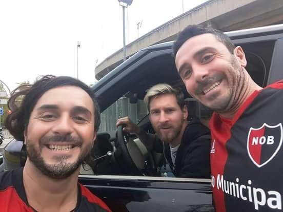 Hinchas leprosos se sacaron una selfie con el crack en Barcelona.