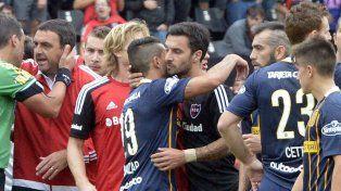 Gran saludo. El Tucu y Nacho se fundieron en un cálido abrazo en el derby pasado.